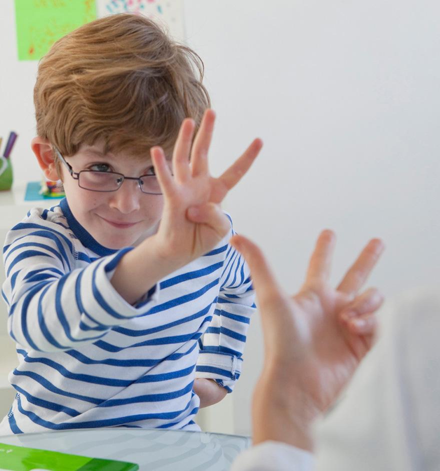 Niño expresándose gestualmente en nuestra clase logopédica